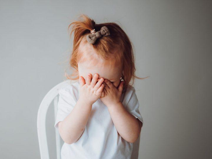 Kaksivuotiaan koulussa asennetta oppimassa