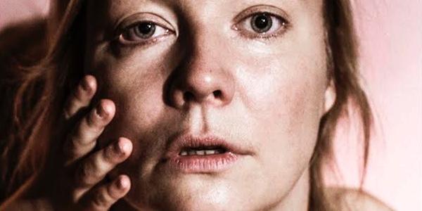 """Äitimyyttiä ravistellaan Riihimäen Teatterin lavalla – """"Saako äiti olla järjetön, mutta silti hyvä sellainen?"""""""