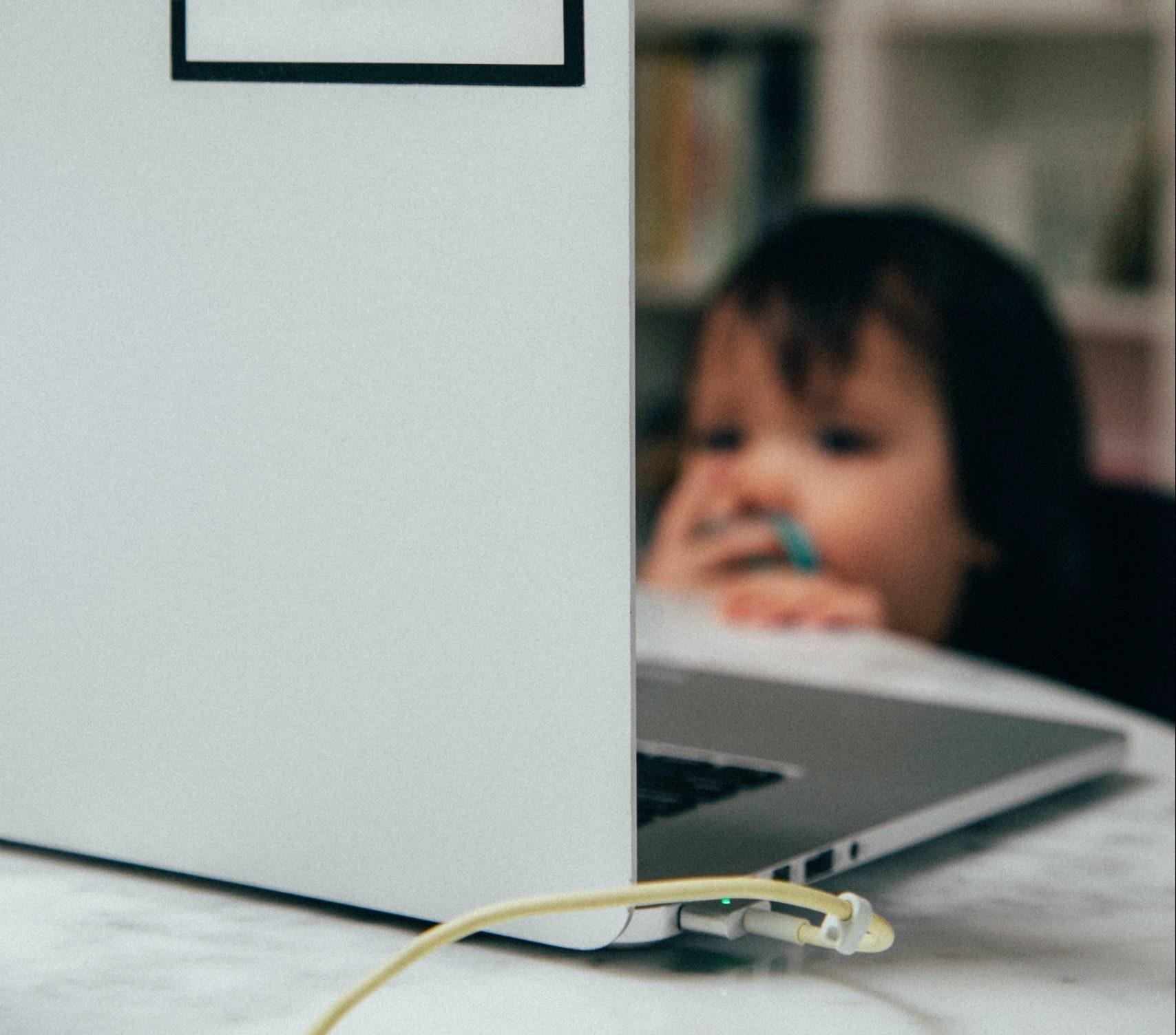 Lasten leikki vaihtui aikuisten leikkimisen katseluun – Youtube -videot nostavat suosiotaan leikki-ikäisten keskuudessa