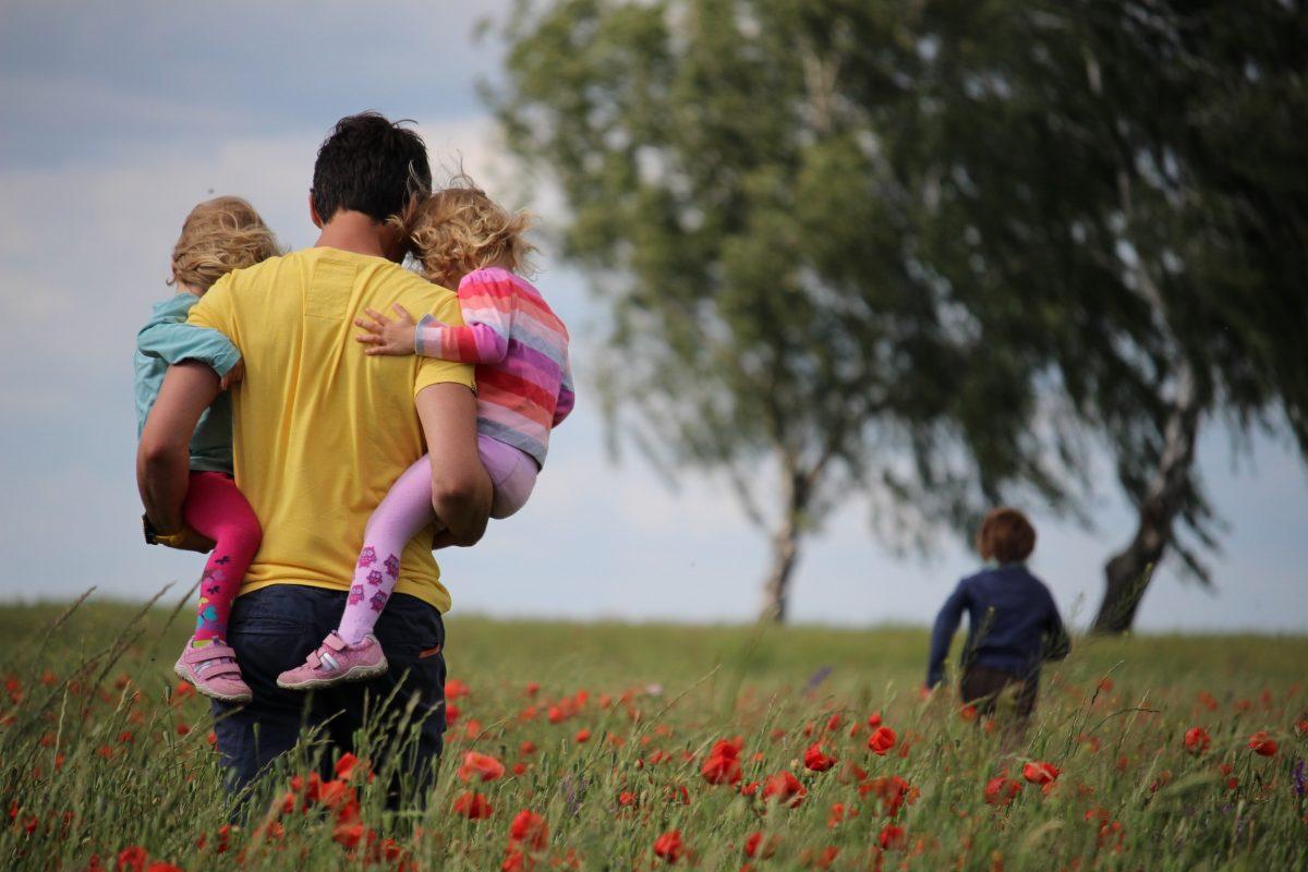Isä ulkopuolisena elättäjänä vai läsnäolevana perheenjäsenenä?