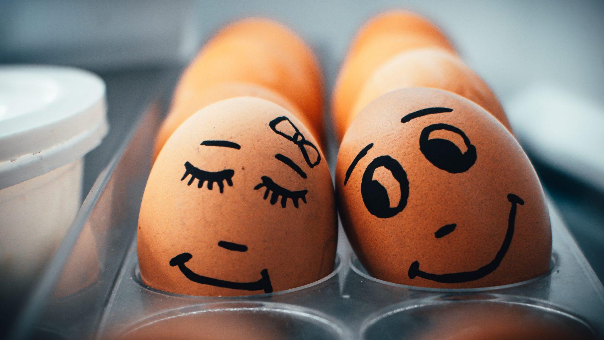 Ikimuistoinen pääsiäinen lasten kanssa: mämmimutakakkua ja luonnollisesti värjättyjä munia