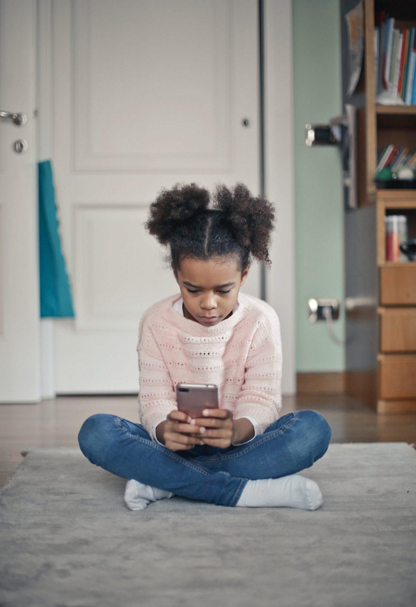 Mitä kävikään, kun lapsi sai ensimmäisen kännykkänsä?