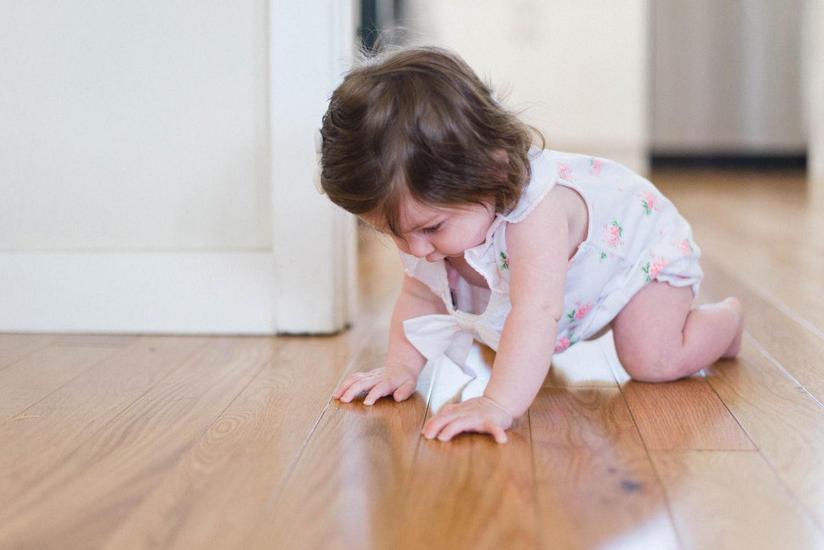 Pöydältä pudonnut pesuainetabletti kävi vauvan suussa – syövytti vatsan ja vaivutti koomaan