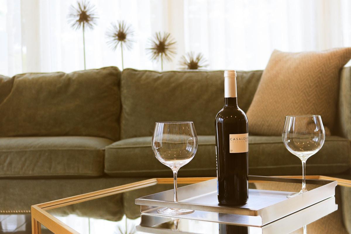 Viini maistuu paremmalta jos luulee sen olevan kallista – vinkki seuraaviin aikuisten juhliin