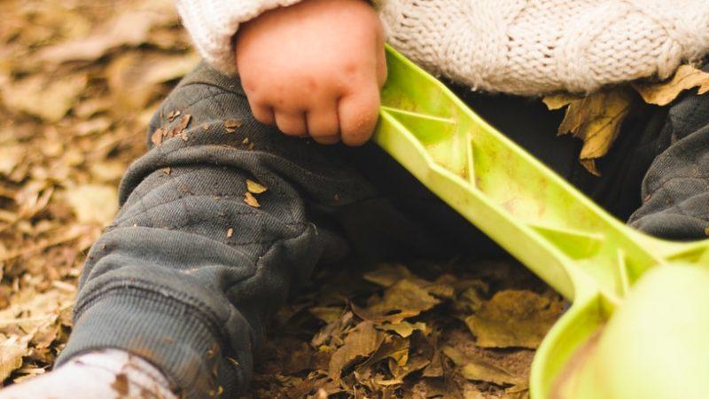 """Ihmetystä herättänyt video äidistä, joka tarjoaa lapsellensa kiviä ja keppejä imeskeltäväksi leviää netissä: """"En pelkää bakteereja. Luotan luontoon ja vauvaani"""""""