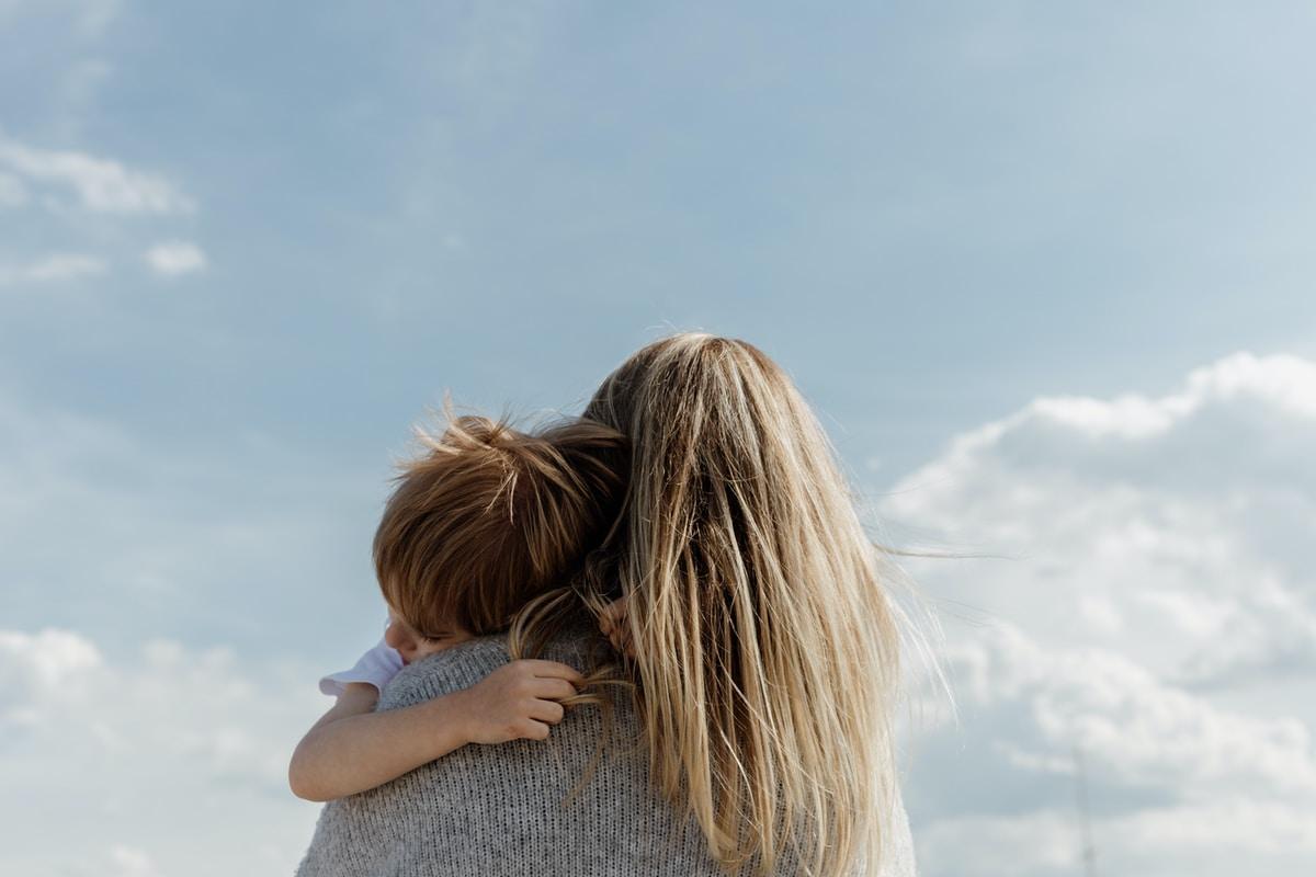 Tuleeko äitiys luonnostaan? Tiia, 22, kertoo miltä korkeat odotukset nuorta äitiä kohtaan tuntuvat