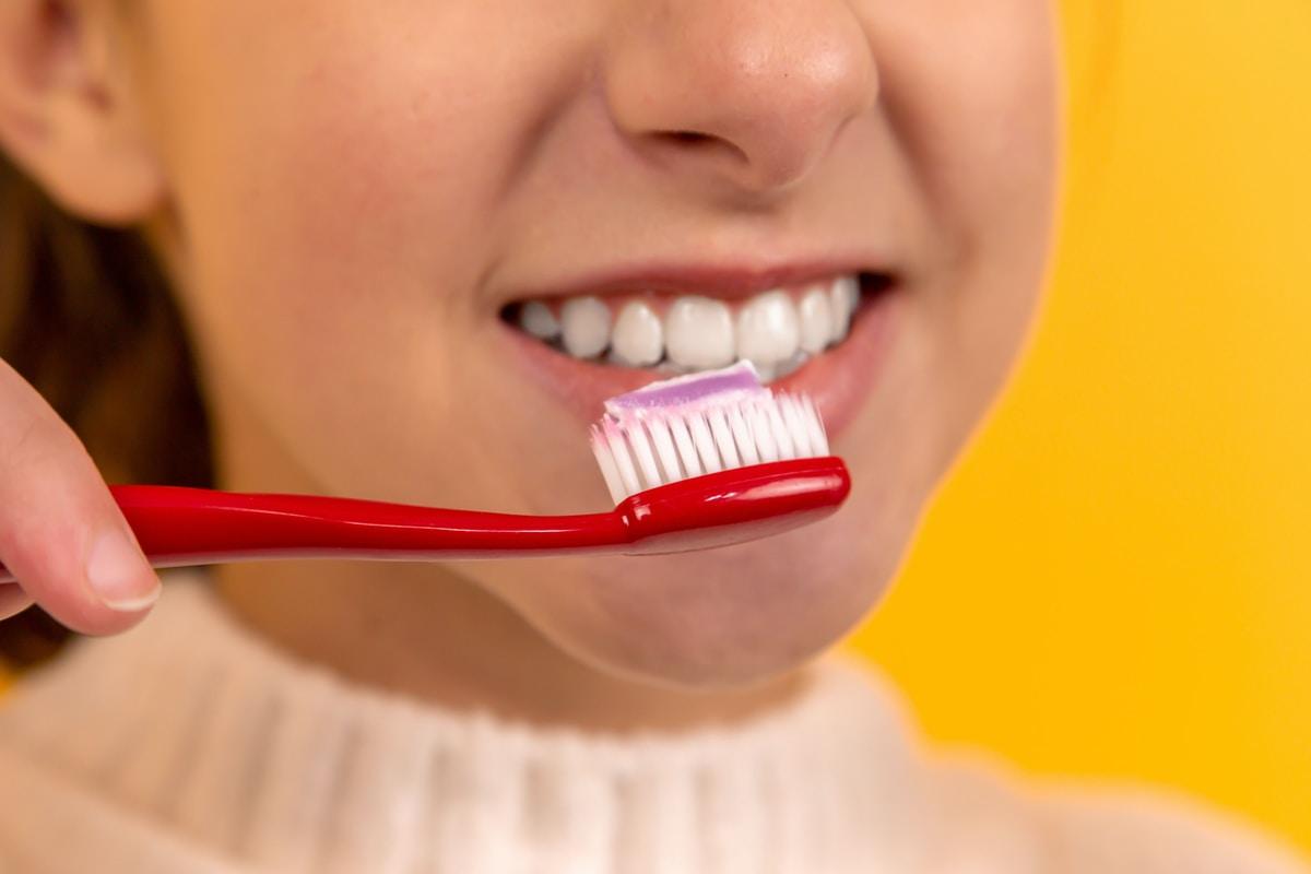 Hammaslääkäri kertoo uudet suositukset: tahnaa saa käyttää paljon ja suuta ei kuulu huuhdella