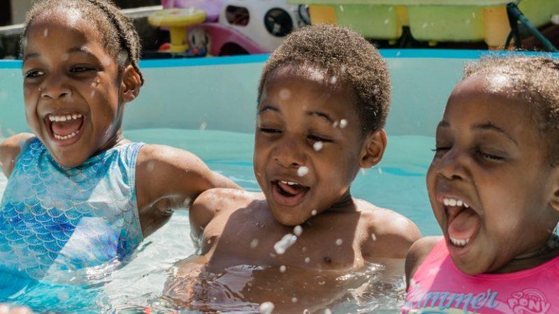 Kuinka opettaa lapsi uimaan? Kokeile näitä vinkkejä