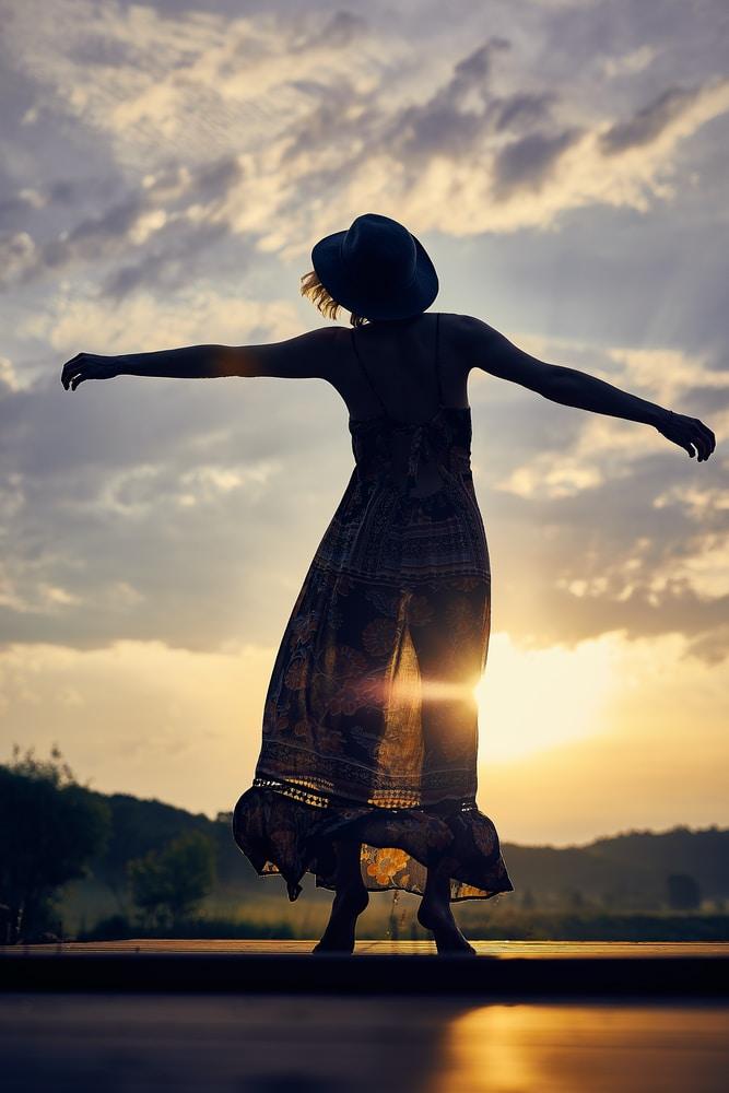 """Sari muutti yksin saareen ja päästi irti: """"Tunnistin väsymyksen ja huomasin kaipaavani yksinoloa, lepoa, selkeyttä ja vapautta"""""""