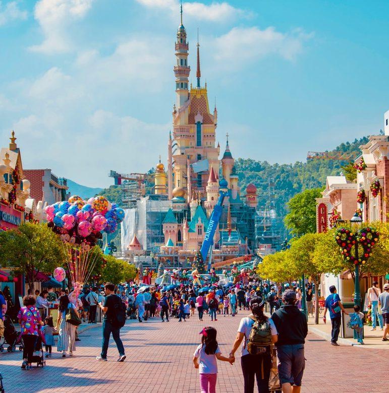 """Disneyland Paris kielsi 2 kuukauden ikäisen vauvan äitiä imettämästä julkisesti huvipuiston alueella: """"Imetys järkytti ulkomaalaisia turisteja"""""""